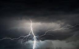 Sommersturm, der Donner, Blitze und Regen holt Stockbilder
