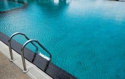SommerSwimmingpool Lizenzfreie Stockfotografie