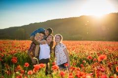 Sommerszene der glücklichen Familie selfie nehmend Stockfotos