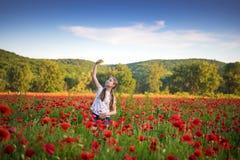 Sommerszene des glücklichen jugendlich Mädchens, das selfie mit Smartphone nimmt Stockbilder