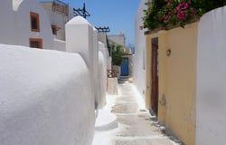 Sommertag auf einer schmalen Straße in Emporio, auf der Insel von Santorini Stockfotografie
