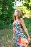Sommertag im grünen Wald Stockfoto