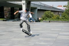 Sommertag, reitet der Kerl ein Skateboard lizenzfreies stockbild
