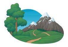 Sommertagesländliche Landwirtschaftsszene Landwirtschaftliche Felder, Kiefer und Büsche Gezierter Wald, Schnee bedeckte Berge und stock abbildung