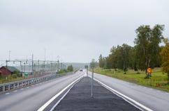 Sommertagesstraßenansicht in Kiruna, blasser Himmel niemand in der Straße, Kiruna ist die nördlichste Stadt in Schweden, aufgeste lizenzfreie stockfotografie