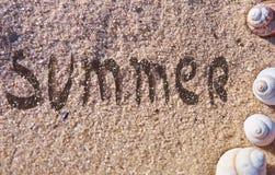 Sommertext gezeichnet auf einen Meersand stockfoto
