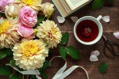 Sommerthematee mit frisch ausgewähltem Blumenblumenstrauß: Dahlien und Rosen auf Holztisch Rustikale Art stockfotos