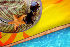 Sommertuch mit sunhat und Sonnenbrille Lizenzfreie Stockfotos