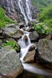 Sommerwasserfall Lizenzfreie Stockfotos