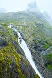 Sommerwasserfall auf Berghang (Norwegen) Stockfoto