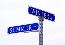 Sommerwinter-Straßenschild lizenzfreies stockfoto