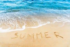 Sommerwort auf Sand Lizenzfreie Stockfotos