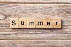 Sommerwort geschrieben auf hölzernen Block Sommertext auf Tabelle, Konzept Stockfotos