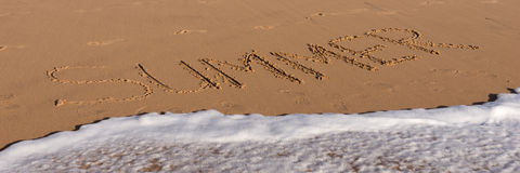 Sommerwort geschrieben in den Strand Lizenzfreie Stockfotografie