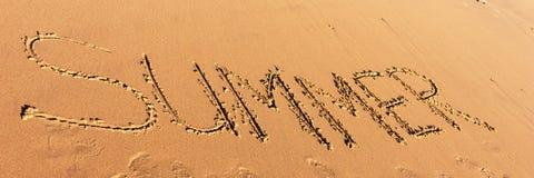 Sommerwort geschrieben in den Strand Stockfoto
