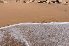 Sommerwort geschrieben in den Strand Lizenzfreie Stockfotos