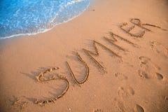 Sommerzeichen auf Erholungsortstrand lizenzfreies stockfoto