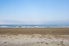 Sommerzeit auf Himmel und Sand des Strandes Stockbild