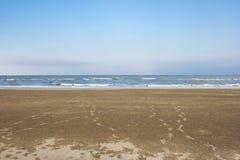 Sommerzeit auf Himmel und Sand des Strandes Stockfotografie