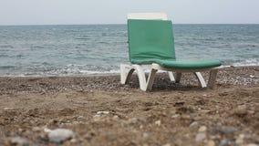 Sommerzeit auf Strand und sunbed stock video