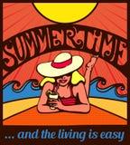 Sommerzeit! Blondes entspanntes Mädchen, das auf einem Strandplakat ein Sonnenbad nimmt Lizenzfreie Stockfotografie