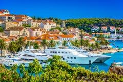 Sommerzeit in der berühmten touristischen Stadt Hvar, adriatisches Meer Stockbild