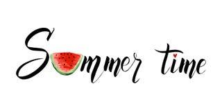 Sommerzeit, die mit einer Scheibe der Wassermelone beschriftet Moderner kalligraphischer Entwurf des Vektors stock abbildung