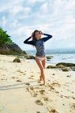 sommerzeit Glückliches Surfer-Mädchen, das Spaß, Sommerferien-Reise hat stockfotografie