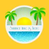 Sommerzeit ist hier - Illustration mit Palmen und Sonnenaufgang über dem Meerwasser Stockbilder