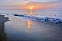 Sommerzeit-Küsten-Sonnenaufgang Stockbild
