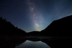Sommerzeit-Milchstraße über einem New Hampshire-Teich lizenzfreie stockbilder