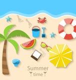 Sommerzeit mit gesetzten bunten einfachen Ikonen der Ebene auf dem Strand Lizenzfreie Stockfotos