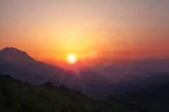 Sommerzeit: Schöne Sommersonnenunterganglandschaft in den grünen Bergen Lizenzfreies Stockfoto
