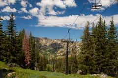 Sommerzeit-Ski-Aufzug Lizenzfreie Stockfotografie