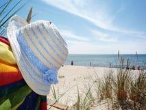 sommerzeit Stamm auf dem Strand Stockfotografie