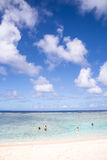 Sommerzeit am Strand Schöner Strand und tropisches Meer Lizenzfreie Stockfotos