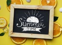 Sommerzeit-Typografie auf Tafel zwischen Sommer-Strand Acces Lizenzfreies Stockbild