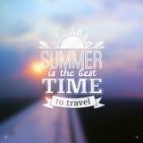 Sommerzeit-Typografiedesign auf unscharfem Himmel Stockfotos