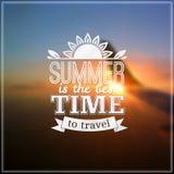 Sommerzeit-Typografiedesign auf unscharfem Himmel Lizenzfreies Stockbild
