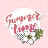 Sommerzeit-Vektorfahnendesign mit weißem Kreis für Text und bunte Strandelemente im weißen Hintergrund Auch im corel abgehobenen  stock abbildung