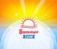 Sommerzeithintergrund mit heißer Sonne beleuchtet Vektorillustration Lizenzfreie Stockbilder