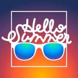 Sommerzeithintergrund mit Sonnenbrille und Text lizenzfreie abbildung