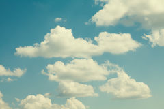 Sommerzeitlandschaft des bewölkten Himmels Idyllisches Hintergrundkonzept Retro- Farben tonten Effektphotographie Lizenzfreie Stockfotografie