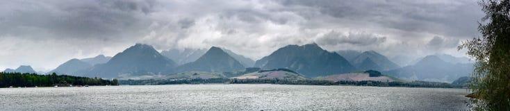 Sommerzeitlandschafts-Fahne, Panorama mit Ansicht gegen Liptovska Mara ist- ein Reservoir und die Berge West-Karpaten Lizenzfreie Stockfotos