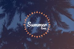Sommerzeitwörter auf Schattenbild des Kokosnussbaums Stockfoto