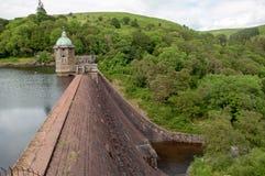 Sommerzeitwald- und -gebirgslandschaft im Elantal von Wales Lizenzfreies Stockfoto