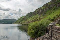 Sommerzeitwald- und -gebirgsseelandschaft im Elantal von Wales Stockbild