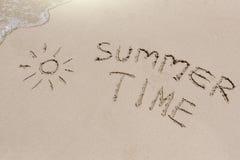 Sommerzeitzeichen auf dem Sand Stockfoto