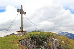 Sommet avec la croix de sommet dans les alpes (rofan) photo stock