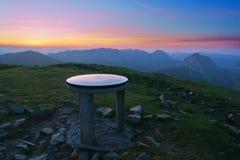 Sommet de montagne dans Urkiolamendi avec la table d'orientation Images stock